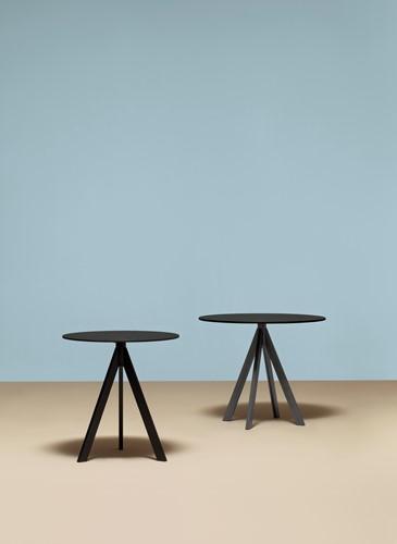 Arki 3 - kleine design tafel met een volkern blad in rond of vierkant en 3 schuine poten-2