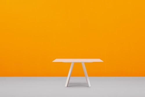 Arki 139x139 - grote vierkante design / vergadertafel met een dun volkern blad en schuine poten-3