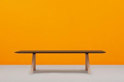 Arki Tafel Wood - design / vergadertafel met een dun volkern blad en schuine houten poten -2