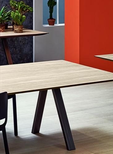 Arki Tafel top wood - design / vergadertafel met een dun volkern houtlook decor blad en schuine poten-3