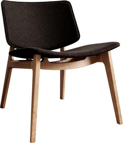 Freya MO4731 Lounge Wood Front - Magnus Olesen houten loungestoel, frame eiken, zitting gestoffeerd en rug opdekstoffering