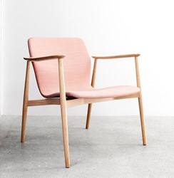 Butterfly Lounge Classic - Magnus Olesen loungestoel met armleggers, frame massief hout, zitschaal volledig gestoffeerd