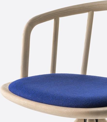 Nym 2836 - houten stoel met armleggers en opdekstoffering. FSC 100% gecertificeerd-2