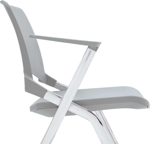 A140-30 - 4-poots kunststof design stoel met gestoffeerde zitting en armleggers, verticaal stapelbaar